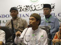 Abdul Somad memberikan keterangan dalam konferensi pers setelah bertemu bertemu dengan Majelis Ulama Indonesia (MUI), di gedung MUI, Jakarta, Rabu, 21 Januari 2019. Somad menjadi sorotan publik setelah videonya yang mengomentari soal salib dinilai menyinggung umat Kristen hingga dilaporkan sejumlah organisasi ke kepolisian atas dugaan penistaan agama. TEMPO/Subekti