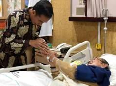 Presiden Jokowi menjenguk Presiden ke-3 RI BJ. Habibie, yang sedang dirawat di RSPAD Gatot Subroto, Jakarta, Senin (27 - 8) pagi. (Foto: Setpres)