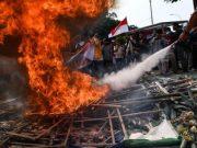 Massa dari Aliansi Mahasiswa dan Pemuda Relawan Cinta NKRI berunjuk rasa yang berakhir ricuh di kantor KPK, Jakarta, Jumat, 13 September 2019. Dalam aksi yang mendukung revisi UU KPK itu, massa merusak karangan bunga, melempar batu dan kayu serta memaksa masuk ke halaman kantor KPK. ANTARA