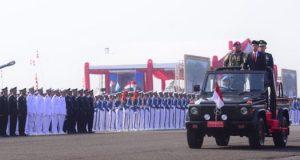 Presiden Jokowi melakukan inspeksi pasukan pada Upacara Peringatan HUT ke-74 TNI, di Pangkalan TNI AU Halim Perdana Kusuma, Jakarta, Sabtu (5/10) pagi. Sumber foto: Setkab