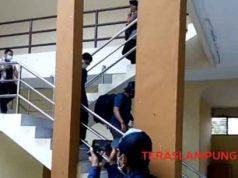 Para petugas KPK bergegas meninggalkan kantor Dinas PUPR Lampung Utara usai penggeledahan, Kamis petang, 10 Oktober 2019.