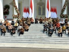 Duduk di teras depan Istana Merdeka, Jakarta, Rabu (23/10) pagi, Presiden Jokowi didampingi Wakil Presiden KH. Ma'ruf Amin mengumumkan nama-nama anggota Kabinet Indonesia Maju.