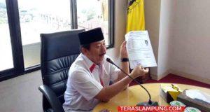 Walikota Herman HN memberikan contoh suket KTP kepada perwakilan 13 rumah sakit yang melakukan MoU, Senin (23/12/2019).