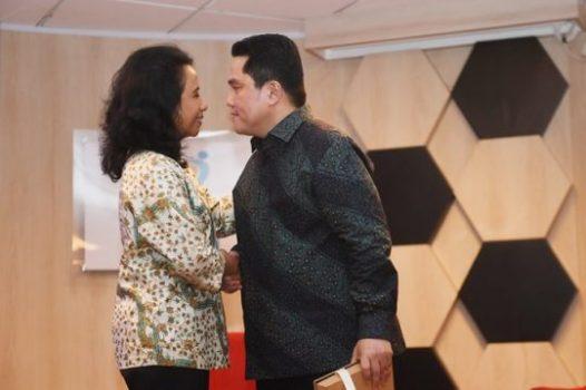 Menteri BUMN Erick Thohir (kanan) berjabat tangan dengan mantan Menteri BUMN Rini Soemarno, saat serah terima jabatan di Kementerian BUMN, Jakarta, Rabu (23/10/2019). - Antara/Akbar Nugroho Gumay.
