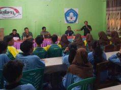 Siswa SMK HMPTI sedang mengikuti pelatihan cara membuat berita televisi yang difasilitasi IJTI Lampung.