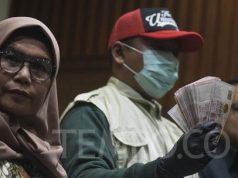 Wakil Ketua KPK, Lili Pintauli Siregar (kiri), bersama penyidik menunjukkan barang bukti uang hasil OTT Komisioner KPU RI, di gedung KPK, Jakarta, Kamis, 9 Januari 2020. TEMPO/Imam Sukamto