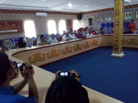 Para dokter spesialis RSU H.M. Ryacudu Kotabumi mengeluarkan unek-uneknya kepada Penjabat Sekkab Lampung Utara saat rapat membahas aksi mogok mereka.
