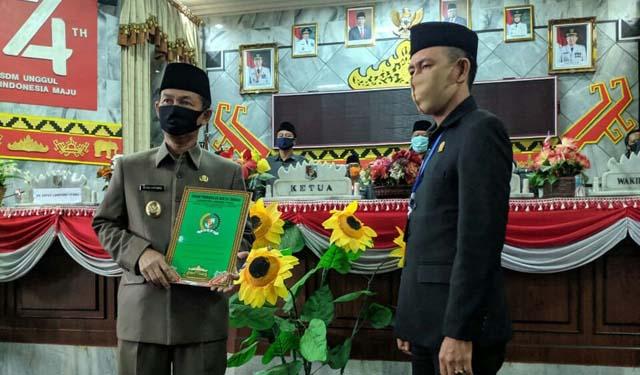 Plt Bupati Lampung Utara, Budi Utomo menerima 8 rekomendasi Pansus LKPj dari Ketua DPRD Lampura, Romli (1)