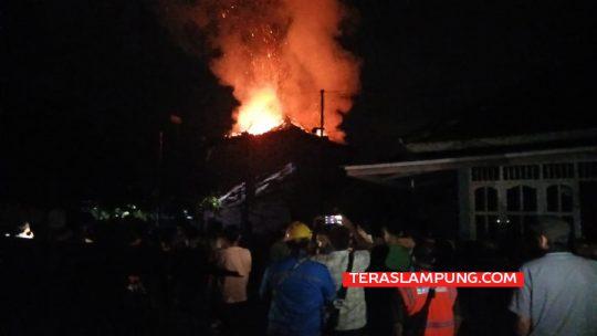 Api terus berkobar di bangunan Wan Ajo Resto and Karaoke di Kotabumi, Lampung Utara, Selasa tengah malam. Foto: Teraslampung.com/Feaby Handana