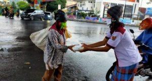 Suasana pembagian nasi kotak donasi PBL Lampung dan Yayasan Alfian Husin pada warga pelintas, anjal, ojol, sopir angkot, pemulung, di perempatan fly over Gajah Mada, Pahoman, Enggal Bandarlampung, Kamis (14/5/2020).