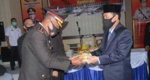 Kapolres Lampung Utara, AKBP Bambang Yudho Martono memberikan potongan tumpeng kepada Plt Bupati Lampung Utara, Budi Utomo