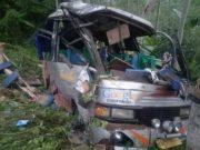 """Bus """"Permata Hati"""" nomor polisi BE 2694 GG berwarna silver terperosok ke jurang di tepi jalan raya menuju tempat wisata Minang Rua, Bakauheni, Lampung Selatan, Rabu petang (1/7/2020) sekitar pukul 16.30 WIB."""