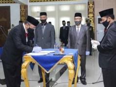 Sekretaris Kabupaten Lampung Utara yang baru dilantik, Lekok, menandatangani berita acara pelantikan, Senin (6/7/2020).