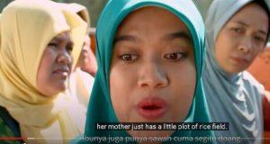 Akting Siti Fauziah Saekhoni (pemeran Bu Tejo) dalam film pendek Tilik.(Youtube Ravacana Films)