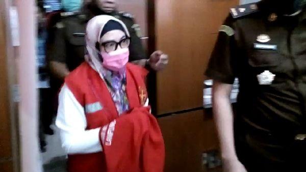 Kepala Dinas Kesehatan Lampung Utara, Maya Metissa saat digelandang menuju rutan Kotabumi.