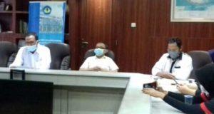 Juru bicara Unila, Nanang Trenggono dan Kahfie Nazarudin (tengah), serta Kepala Humas Unila Suratno (kanan) menjelaskan soal UKT dan kondisi keuangan Unila, Rabu (19/8/2020).