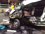 Mobil ambulans milik Rumah Sakit Medika Insani Bukit Kemuning ringsek setelah menabrak pembatas jalan layan di depan Mal Boemi Kedaton (MBK) Bandarlampung, Sabtu dini hari (8/8/2020).