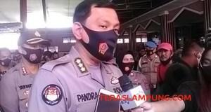 Kabid Humas Polda Lampung, Kombes Pol Zahwani Pandra Arsyad didampingi Kapolresta bandarlampung memberikan keterangan kepada awak media usai dilakukan gelar rekonstruksi di Masjid Falahuddin, Kamis (17/9/2020).
