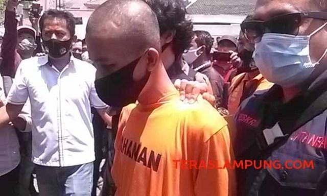 Alfin Andrian (24), tersangka penusukan Syekh Ali Jaber, saat menjalankan reka adegan penusukan Syekh Ali Jaber di Masjid Falahuddin, Kelurahan Sukajawa, Tanjungkarang Barat, Kamis (17/9/2020).