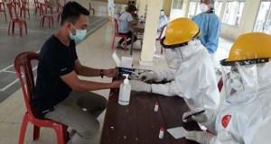 Seorang warga Sidomulyo, Lampung Selatan, menjalani rapidt test, Senin (7/9/2020).