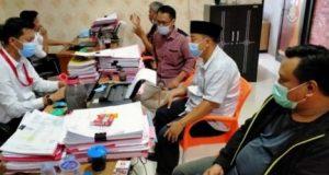 Rakhmat Husein (kemeja putih, berpeci) didampingi pengacara Supriyanto dan Aryanto memberikan keterangan kepada polisi terkait laporan Walikota Bandarlampung Herman HN dalam kasus penyebaran foto seolah-olah bantuan beras disertai ajakan memilih pasangan calon nomor 3, Senin (26/10/2020).