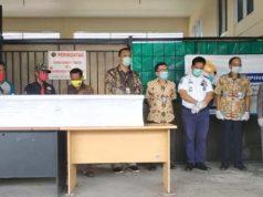 Penyerahan jenazah Rina, pekerja Migran Indonesia (PMI) asal Lampung Tengah yang meninggal di Malaysia, di Bandara Radin Inten II, Jumat (2/10/2020).