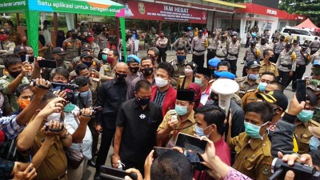 Walikota Herman HN menggunakan toa menyatakan sikapnya soal nasib buruh di Kota Bandarlampung.