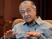 Mantan Perdana Menteri Malaysia Mahathir Mohamad berbicara selama wawancara dengan Reuters di Kuala Lumpur, Malaysia, 13 Maret 2020. [REUTERS / Lim Huey Teng]