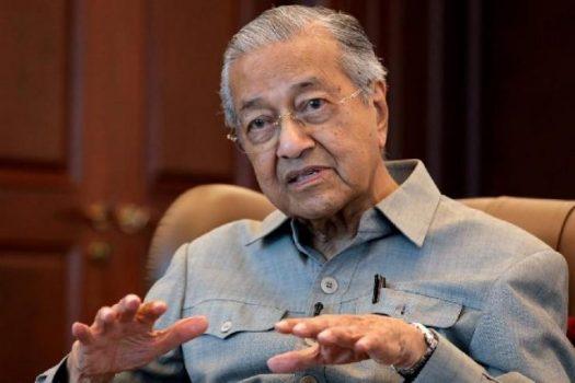 Mantan Perdana Menteri Malaysia Mahathir Mohamad berbicara selama wawancara dengan Reuters di Kuala Lumpur, Malaysia, 13 Maret 2020. [REUTERS / Lim Huey Teng]