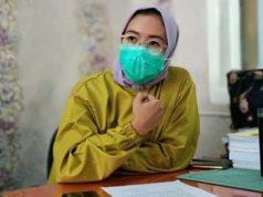 Kepala Puskesmas Rawat Inap Kota Karang, dr. Aida Melissa menjelaskan kepada awak media tentang persoalan yang dialami keluarga Surahman.