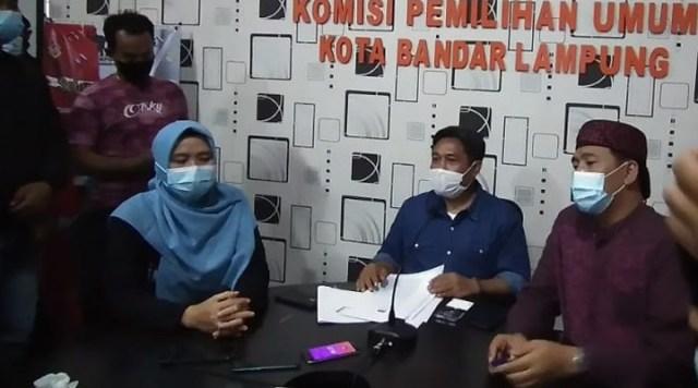 Ketua KPU Kota Bandar Lampung, Dedy Triadi (tengah) didampingi anggota komisioner KPU setempat saat berikan keterangan kepada awak media suai gelar peleno dan memutuskan membatalkan Paslon nomor 3, Eva-Deddy, Jumat malam (8/1/2021)