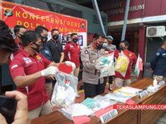 Polda Lampung mengekspos kasus temuan sampah medis Covid-19 yang diduga milik RSU Urip Sumoharjo Bandarlampung, Rabu (17/2/2021). Foto: Teraslampung.com