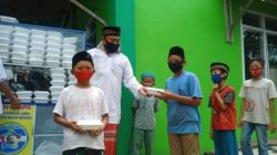 Pembagian makan siang gratis oleh KJP di Masjid Al-Bayad, Kelurahan Sumber Rejo Sejahtera, Kecamatan Kemiling.