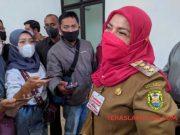 Walikota Eva Dwiana menjawab pertanyaan wartawan usai berkunjung ke BPR Waway.