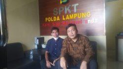 Aprianto dan kuasa hukumnya, Hanafi Sampurna, saat membuat laporan di SPKT Polda Lampung.
