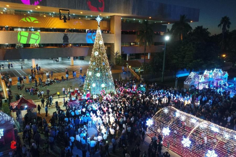 Encienden Quirino y su esposa el Árbol de Navidad en la Villa Navideña en Palacio de Gobierno