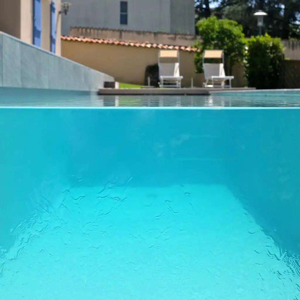 piscine a paroi de verre et fond inox