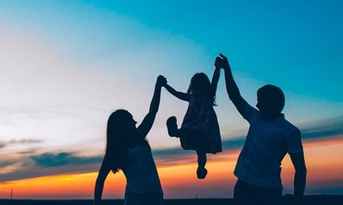 Niños alegres y protegidos