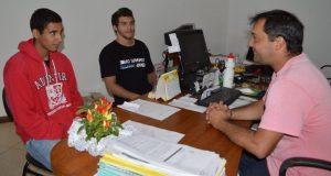 Secretário de Esportes Luiz Otávio Oliveira com Guilherme Cabral e Erick Reichert: busca de patrocínio para os jovens talentos.