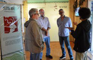Secretário de Cultura de Teresópolis, Márcio de Paula, e assessores com Ricardo Tammela e Cláudio Partes, diretor e curador da exposição sobre os índios Guarani-Mbyá, em Petrópolis