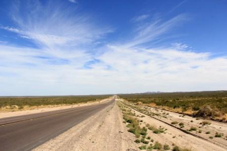 Muitas retas e tempo seco ao longo da Ruta. Passamos por esta bela paisagem no caminho para Puerto Madryn