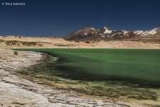 Mochileiro praticamente some em meio à imensidão da Laguna Verde