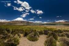 Parinacota à esquerda e no centro da imagem o Nevado Sajama
