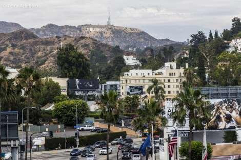 No famoso distrito de Hollywood, há muitos turistas caminhando pelas ruas