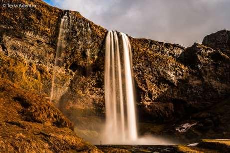 A incrível Cachoeira Seljalandsfoss