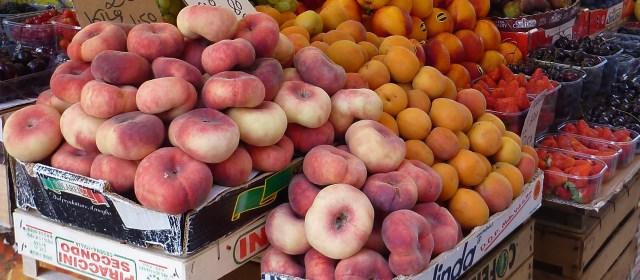 frutta sulle bancarelle di un mercato rionale