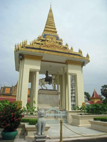Equestrian-Statue-KingNorodom, Temple of the Emerald Buddha complex,Royal Palace
