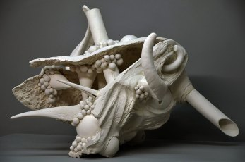 Finding, white clay, 50 x 70 x 48 cm (2015)