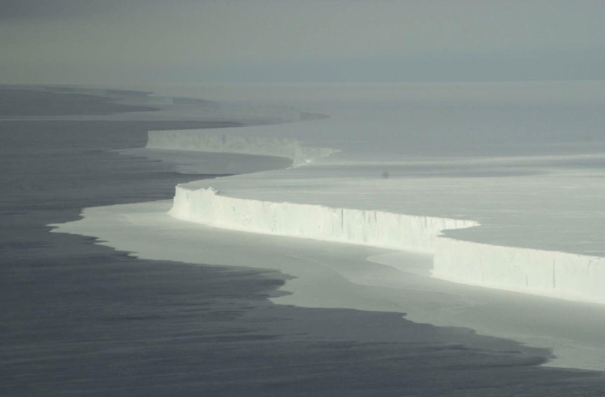 Wall of ice in ocean