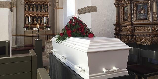 Ataúd funeral en una capilla - La bajada del IVA podría producirse por fin en los servicios funerarios, en los que ahora se aplica el 21%